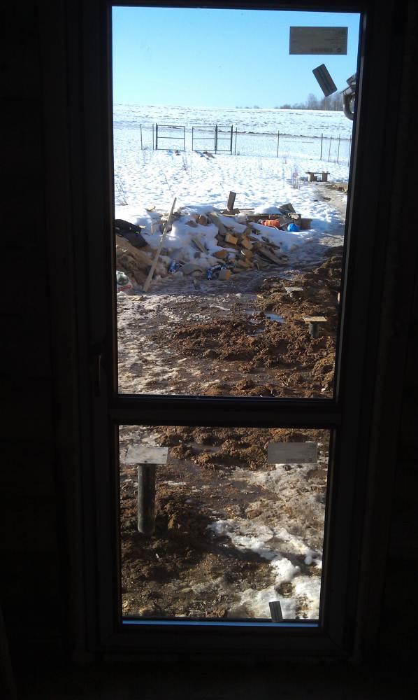 большое окно в деревянном доме
