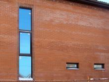 большое окно в кирпичном здании