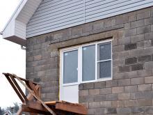 окно для дома из блоков