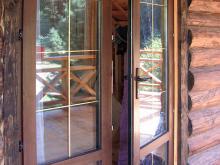 дверь пвх в деревянном доме