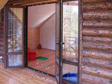 Распашная дверь-окно в коттедже